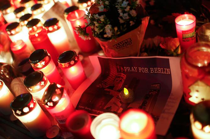 Свечи около рождественской ярмарки на площади Брайтшайдплац в Берлине, 20 декабря 2016 года