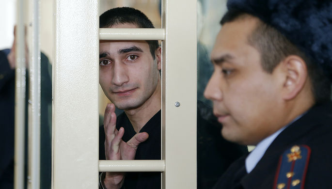 Орхан Зохрабов (слева), обвиняемый в убийстве бывшего начальника полиции Сызрани Андрея Гошта и членов его семьи, во время оглашения приговора в Самарском областном суде