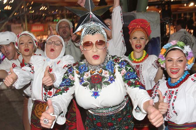 Верка Сердючка (Андрей Данилко) с участниками своего коллектива во время конкурса «Новая Волна» в Юрмале, 2011 год