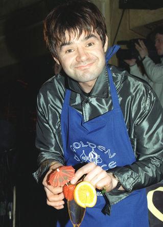 Певец Евгений Осин во время кулинарного конкурса «Холодная десятка-98» в Москве. За 30 минут звезды российской эстрады должны были приготовить оригинальные холодные блюда и закуски.
