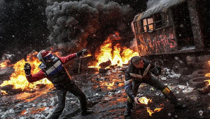 После почти трех месяцев жесткого противостояния в конце февраля 2014 года на Украине произошла смена власти. На фото: ситуация в центре Киева, февраль 2014 года