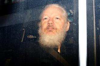 Основатель WikiLeaks Джулиан Ассанж в полицейском автомобиле после ареста в посольстве Эквадора в Лондоне, 11 апреля 2019 года