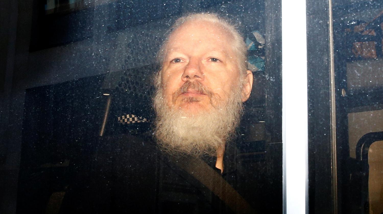 Основатель WikiLeaks Джулиан Ассанж в полицейском автомобиле после ареста в посольстве Эквадора в...