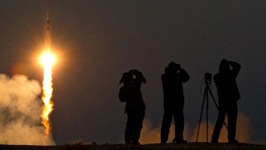 Фотографы снимают запуск ракеты-носителя «Союз-ФГ» с пилотируемым кораблем «Союз ТМА-07М» и экипажем 34/35 экспедиций МКС с космодрома «Байконур», 2012 год