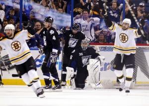 Хоккеисты «Бостона» ликуют после второй заброшенной шайбы в ворота «Тампы»
