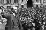 В апреле 1917 года вернувшийся в Петроград в пломбированном вагоне Ленин выступил с «Апрельскими тезисами»