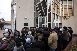 Луганск. Местные жители в очереди на получение пенсий у бывшего отделения Ощадбанка