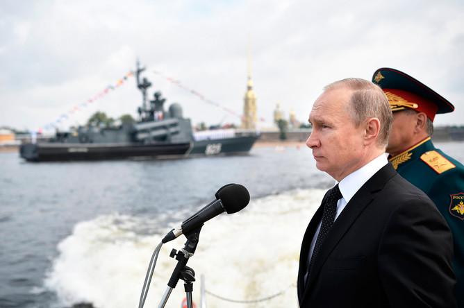 Президент РФ, верховный главнокомандующий Владимир Путин на катере совершает обход кораблей, выстроившихся перед началом Главного военно-морского парада по случаю Дня Военно-морского флота РФ, на рейде Невы в Санкт-Петербурге, 30 июля 2017 года