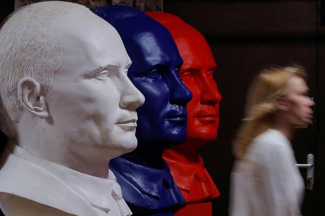 Бюсты Владимира Путина на выставке в Москве, 6 декабря 2017 года