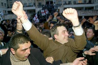 Оппозиционный политик Михаил Саакашвили около здания парламента Грузии в Тбилиси во время Революции роз, 22 ноября 2003 года