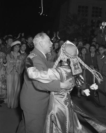 Председатель Президиума Верховного Совета СССР Климент Ворошилов на празднике в честь 38-й годовщины «Движения 4 мая» в парке имени Сун Ят-Сена в Пекине, 1957 год