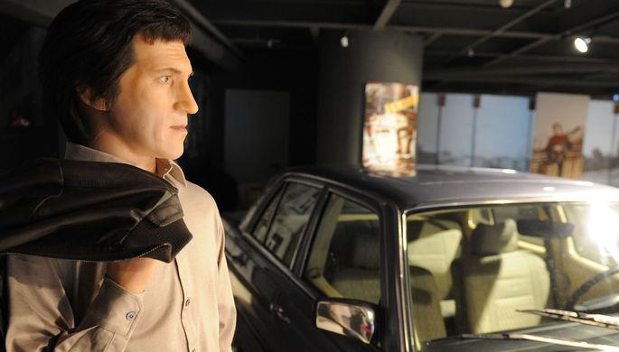 Восковая фигура Владимира Высоцкого рядом с принадлежавшим ему автомобилем Mersedes Benz 350 W 116 в музее в бизнес-центре «Высоцкий» в Екатеринбурге