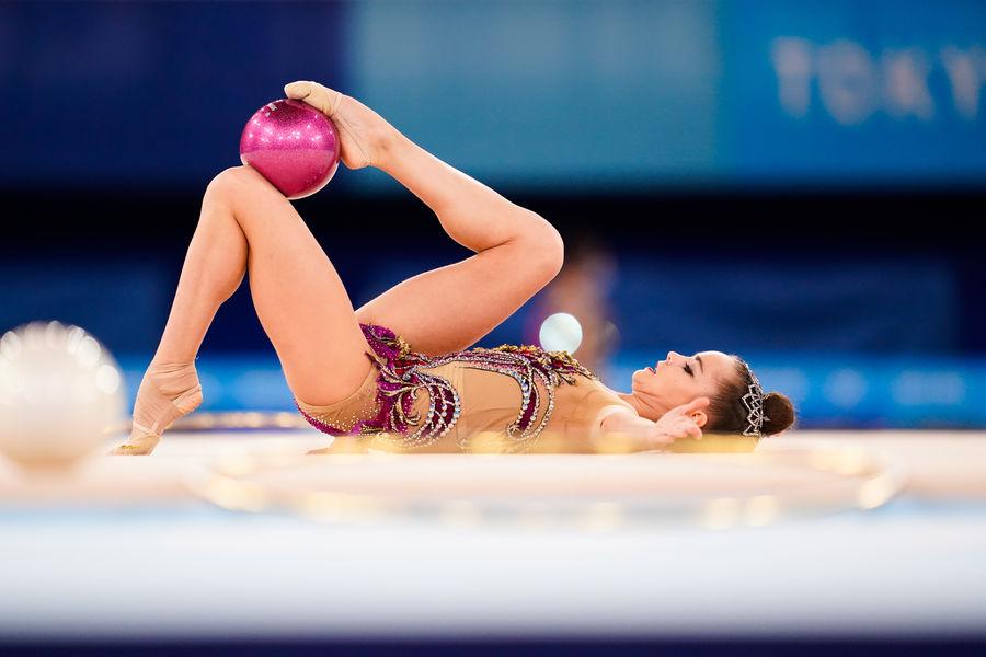 Россиянка Дина Аверина насоревнованиях Олимпиады вТокио похудожественной гимнастике