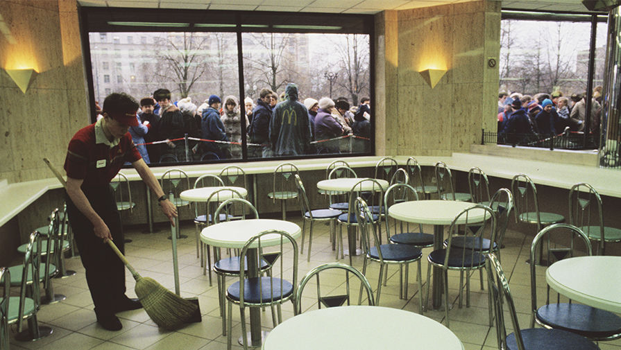 Очередь у входа в ресторан «Макдоналдс» на Пушкинской площади в Москве в день открытия, 31 января 1990 года