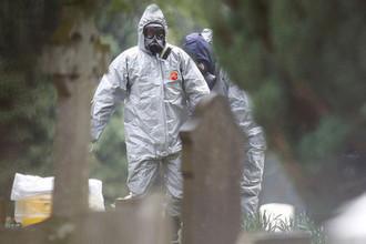 Специалисты около могилы Людмилы Скрипаль, отравленного в британском Солсбери полковника Сергея Скрипаля, март 2018 года