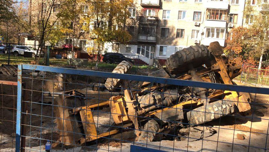 Водитель съехавшего в яму на севере Москвы трактора не был пьян