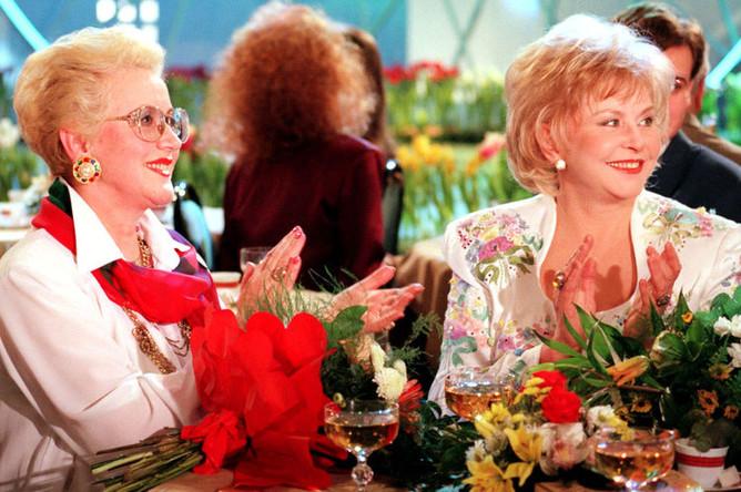 Телеведущие Анна Шатилова (слева) и Ангелина Вовк (справа) на съемках передачи «Голубой огонек на Шаболовке», посвященной 8 марта, 1998 год