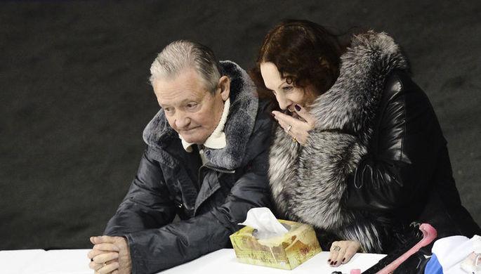 Российские тренер Виктор Кудрявцев и хореограф Людмила Власова наблюдают за тренировкой перед началом чемпионата мира по фигурному катанию в канадском Лондоне.