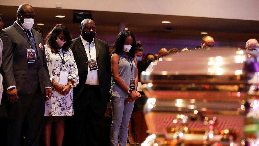 Члены семьи Джорджа Флойда во время церемонии прощания в Миннеаполисе, 4 июня 2020 года