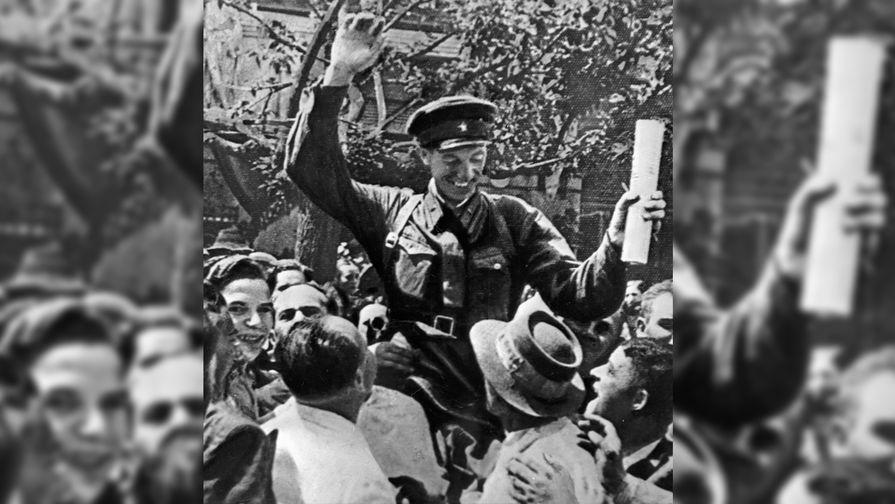 Жители Бессарабии встречают бойцов Красной Армии. 2 августа на части ее территории была образована Молдавская ССР