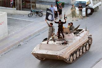 Военный парад террористов «Исламского государства» в сирийской провинции Ракка, июнь 2014 года