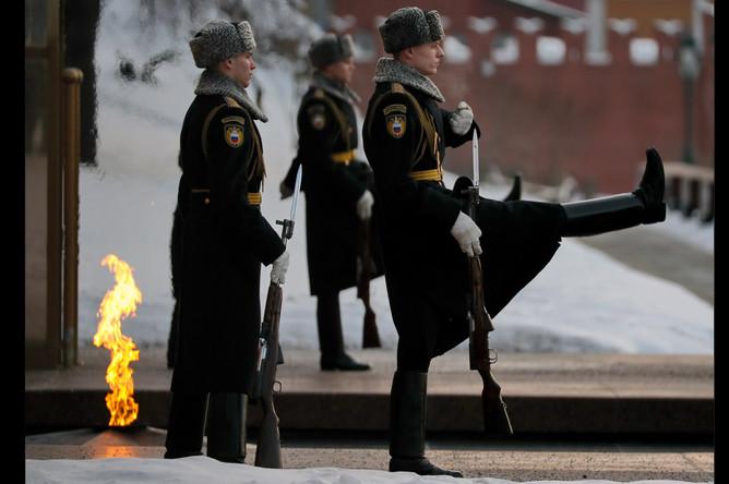 Смена почетного караула на посту у Вечного огня на Могиле Неизвестного Солдата в Александровском саду, 2017 год