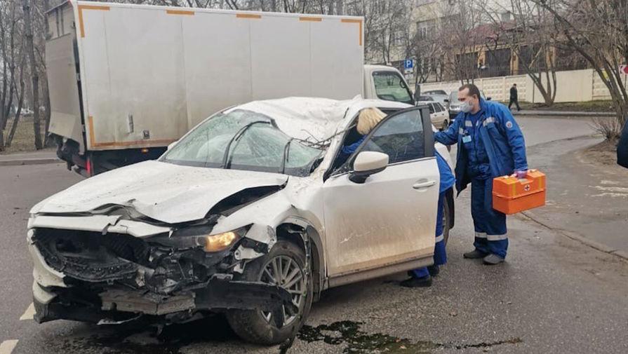 Сильный ветер в Москве убил человека и повалил 200 деревьев