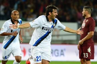 Диего Милито празднует гол в ворота «Торино»