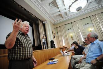 Академик РАН Владимир Захаров (слева) во время выступления на собрании членов Российской академии наук