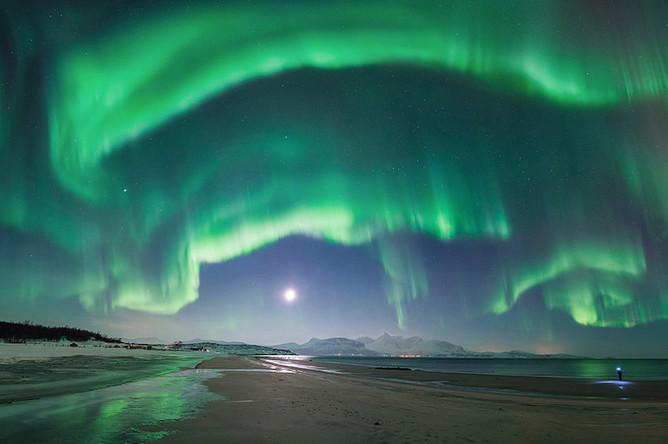Это полярное сияние было снято на пляже в Норвегии. Явление продолжалось на протяжении почти 10 минут, однако фотограф не сразу смог его заснять. Примечательно, что снимок представляет собой панораму и позволяет насладиться этим явлением во всей красе