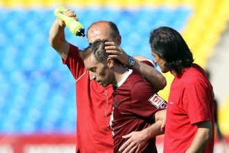 Петру Быстрову оказывают помощь в матче «Рубин» — «Ростов»