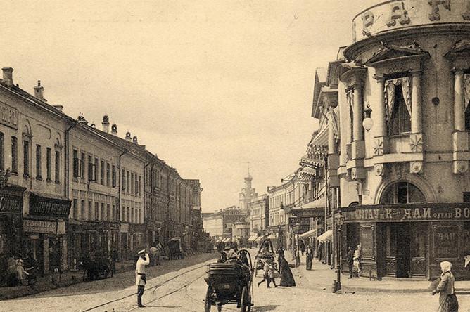 К концу XIX века в начале Арбата был построен трактир «Прага». Тогда заведение имело репутацию дешевого кабака, который извозчики пренебрежительно называли «Брагой». Но благодаря новому владельцу — купцу Тарарыкину — ресторан быстро стал набирать популярность, а вместе с тем — и имидж фешенебельного заведения. В 1913 году художник Илья Репин устроил там банкет по случаю восстановления его картины «Иван Грозный и сын его Иван», изрезанной старообрядцем-иконописцем Абрамом Балашовым. После революции в здании открылась столовая «Моссельпрома», описанная, в частности, в «12 стульях», а в 1954 году ресторан открылся под старым названием