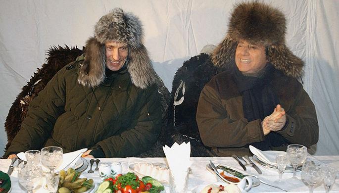 Владимир Путин и премьер-министр Италии Сильвио Берлускони во время ланча на открытом воздухе в резиденции Завидово, 2003 год