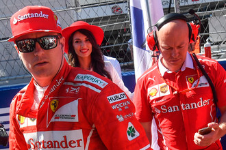 Гонщик команды «Феррари» Кими Райкконен (слева) перед стартом гонки на российском этапе чемпионата мира по кольцевым автогонкам в классе «Формула-1»