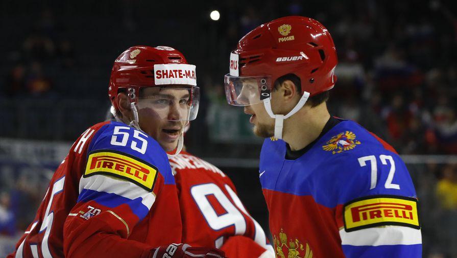 Артемий Панарин (№72) поздравляет Богдана Киселевича (№55) с первым голом в ворота Дании