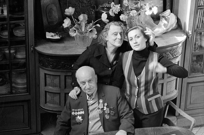 Грузинская актриса Софико Чиаурели (справа) с родителями — кинорежиссером Михаилом Чиаурели (слева) и народной артисткой СССР Верико Анджапаридзе (в центре): 1972 год