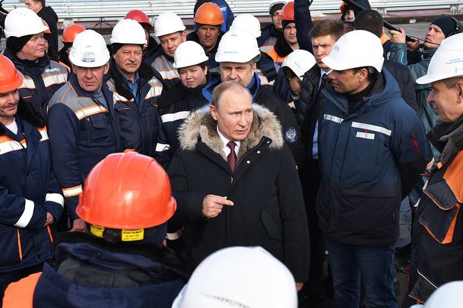 Владимир Путин во время осмотра готового участка автодорожной части Крымского моста через Керченский пролив, 14 марта 2018 года