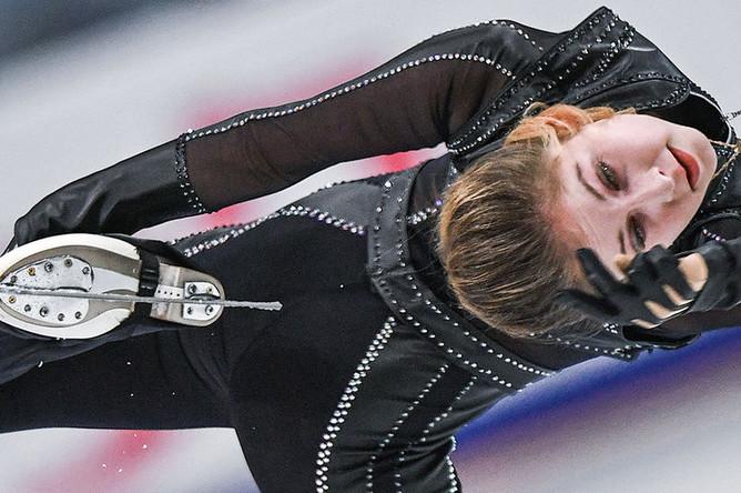 Фигуристка Юлия Липницкая во время выступления в произвольной программе одиночного катания среди женщин на III этапе Гран-при по фигурному катанию в Москве, 2016 год