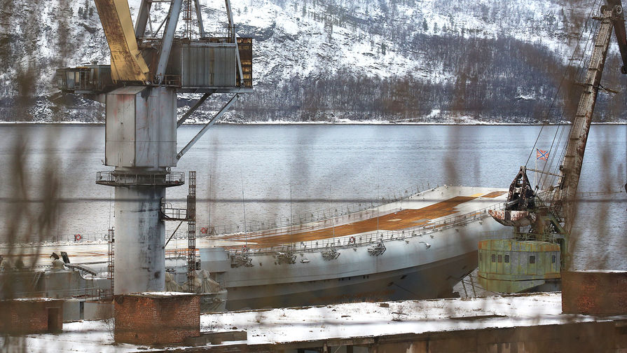 Крейсер «Адмирал Кузнецов» у причала 35-го судоремонтного завода в Мурманской области