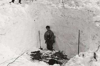 В мае 1959 года, под глубоким снегом был найден настил и недалеко (в ручье) тела остальных четырёх участников группы