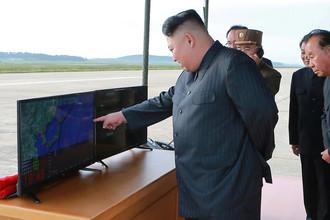Высший руководитель КНДР Ким Чен Ын во время запуска ракеты «Хвасон-12». Фотография опубликована агентством ЦТАК 16 сентября 2017 года