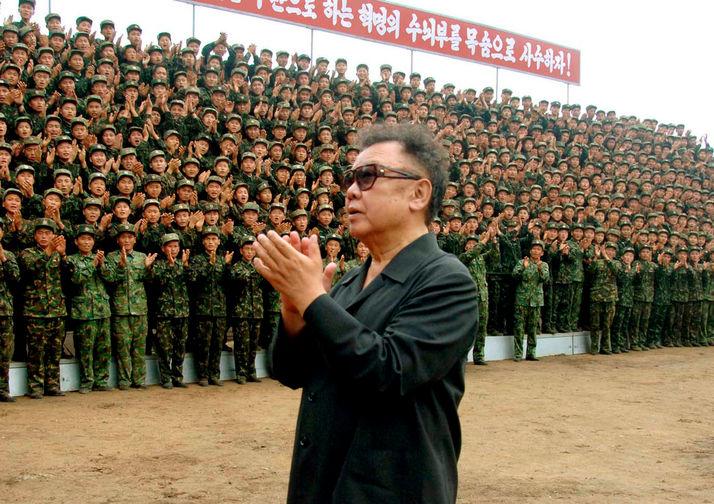 Ким Чен Ир в военной части, снимок без даты опубликован в 2007 году