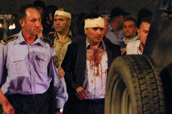 Пострадавшие члены парламента (среди них лидер партии «Социал-демократический союз Македонии» Зоран Заев) около здания парламента Македонии в Скопье, 27 апреля 2017 года