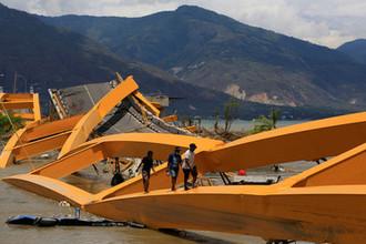 Поврежденный после землетрясения и цунами мост в Сулавеси, Индонезия, октябрь 2018 года