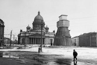 Памятник императору Николаю I на Исаакиевской площади, замаскированный во время блокады Ленинграда