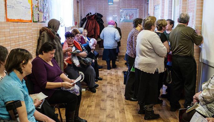 Жители села Литковка Омской области во время медицинского обследования у выездной бригады врачей Омского Клинического медико-хирургического центра, 2016 год