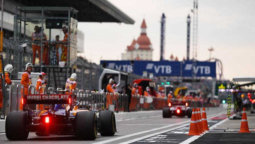 Пилот команды «Макларен» Карлос Сайнс принимает участие в свободных заездах Формулы 1 ВТБ Гран-при России 2019