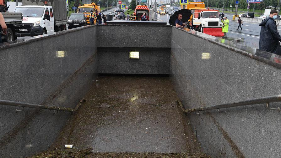 Затопленый подземный переход в районе Варшавского шоссе в Москве, 20 июня 2020 года