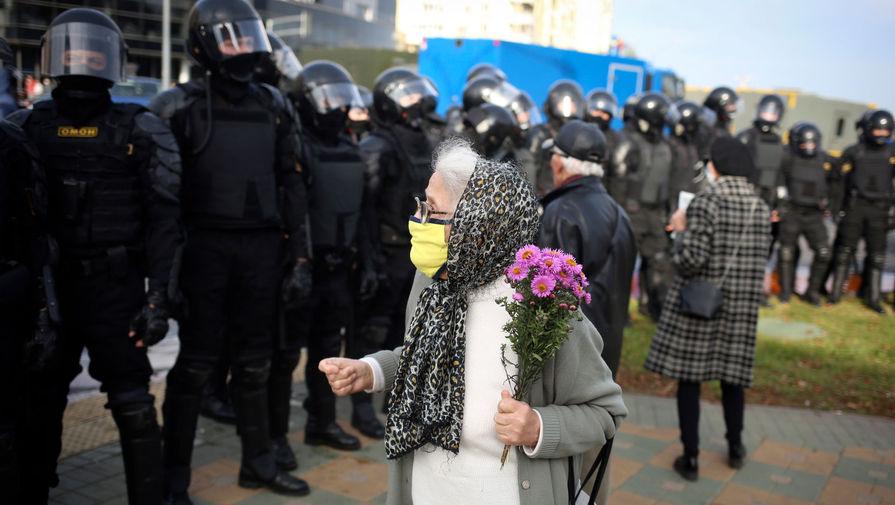 Участница марша «За свободу политзаключенных» и представители силовых структур, Минск, 4 октября 2020 года