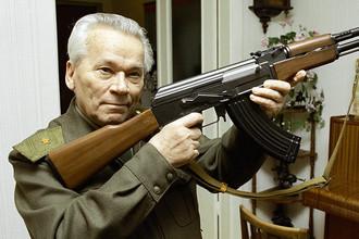 Всемирно известный изобретатель стрелкового оружия Михаил Калашников с автоматом АК-47, 1997 год